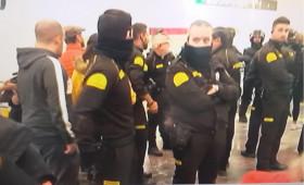 PROTESTA DE LOS CDR EN LA ESTACIÓN DE SANTS EN BARCELONA  A NADIE DE LAS PATRONALES O LA ADMINISTRACIÓN SE LES CAE LA CARA DE VERGÜENZA VIENDO COMO LA SEGURIDAD PRIVADA ESTÁ EN PRIMERA LÍNEA SIN MEDIOS DE PROTECCIÓN ? PUES NO. POR QUE ESTÁMOS GOBERNADOS POR UNA BANDA DE SINVERGUENZAS.