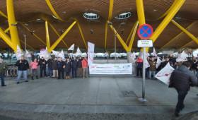 Los trabajadores de seguridad privada del AEROPUERTO ADOLFO SUAREZ MADRID BARAJAS se concentran por el modelo de contratación de las empresas LOW COST como ILUNION
